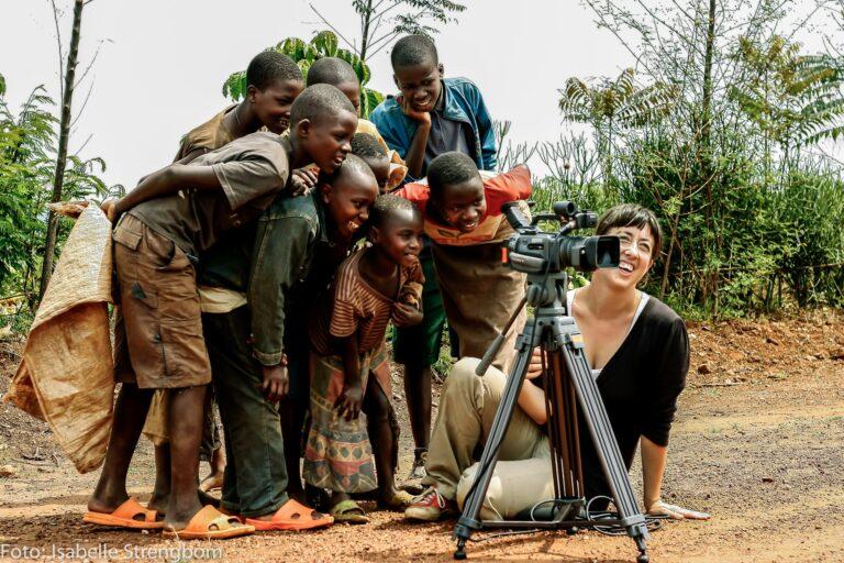 Barn tittar i filmkameran